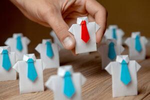 figurki koszul. Wszystkie mają niebieskie krawaty, za wyjątkiem jednej, która ma czerwony.