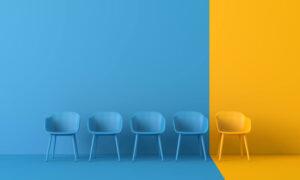 Puste krzesła na niebiesko żółtym tle
