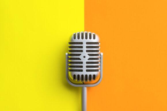 mikrofon na tle żółto pomarańczowym.