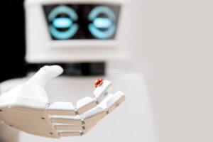 robot trzymający na palcu biedronkę.